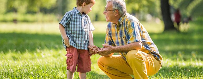 Avô brinca com o neto