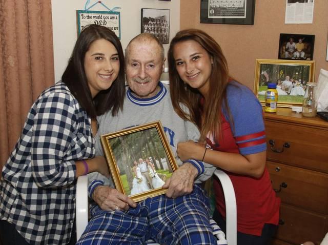 irmãs que anteciparam o casamento sorrindo ao lado do pai com Alzheimer