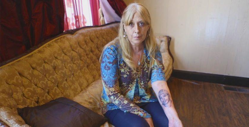 mulher com alzheimer tatua rosto do filho