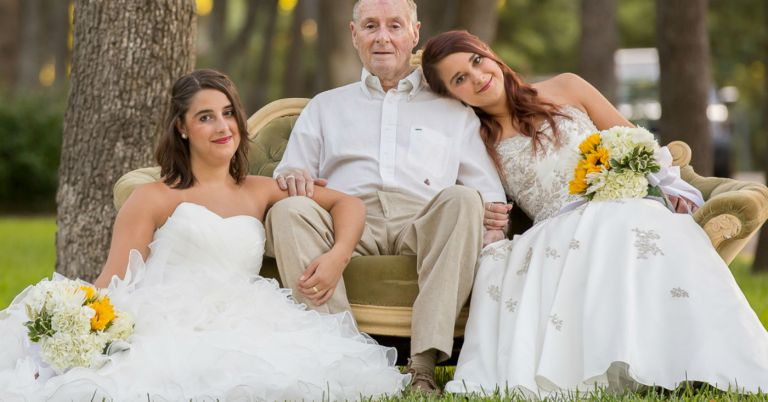 Irmãs vestidas de noiva com o pai com Alzheimer