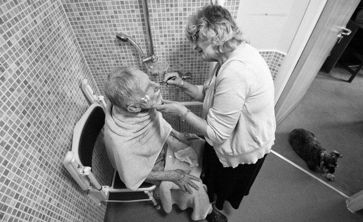 Pai com alzheimer se alimentando