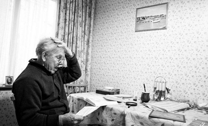 Pai com alzheimer lendo