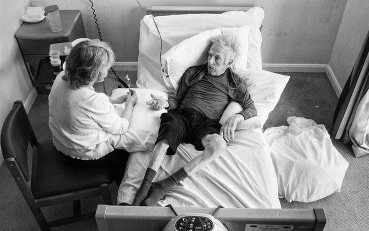 Pai com alzheimer na cama