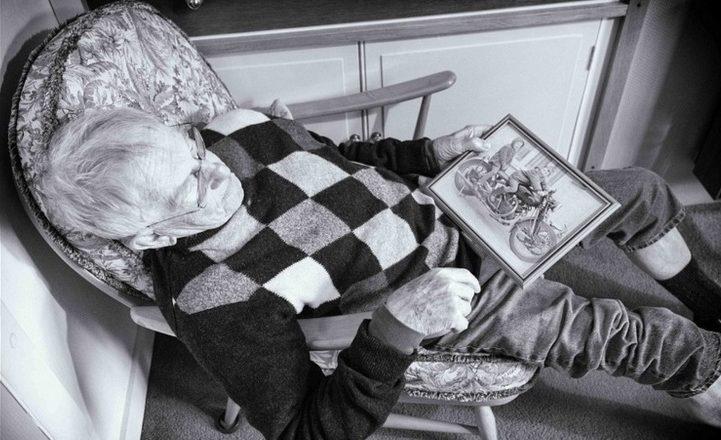 pai com alzheimer vendo fotografias