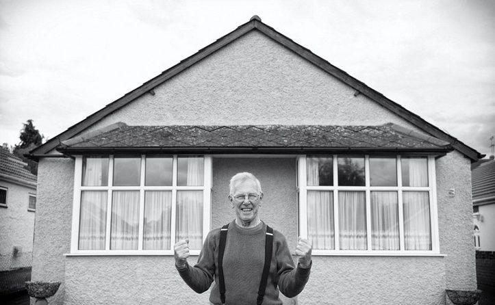 Pai com alzheimer em frente casa